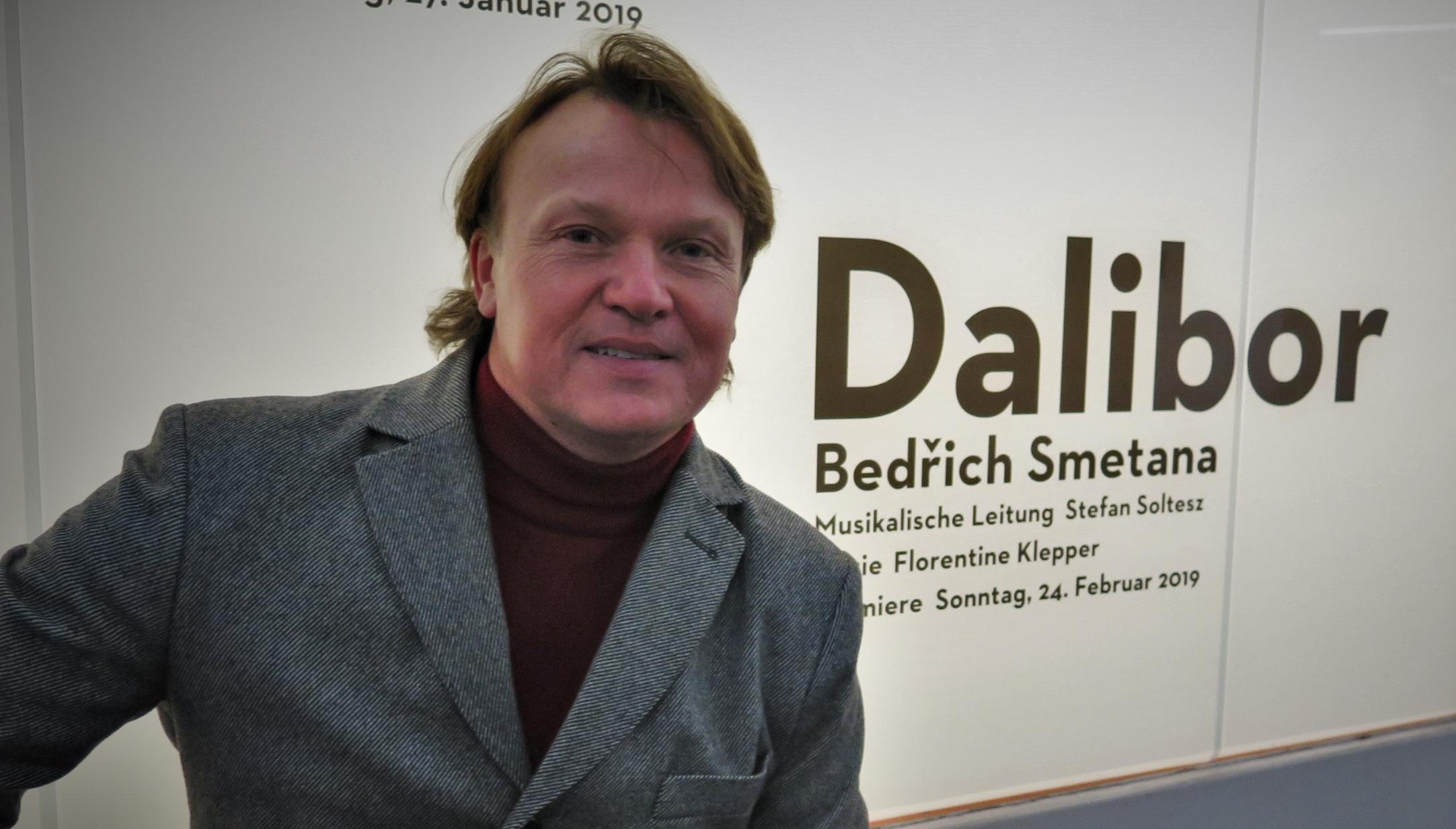Aleš Briscein jako Dalibor ve Frankfurtu se aktualizace opery nebojí