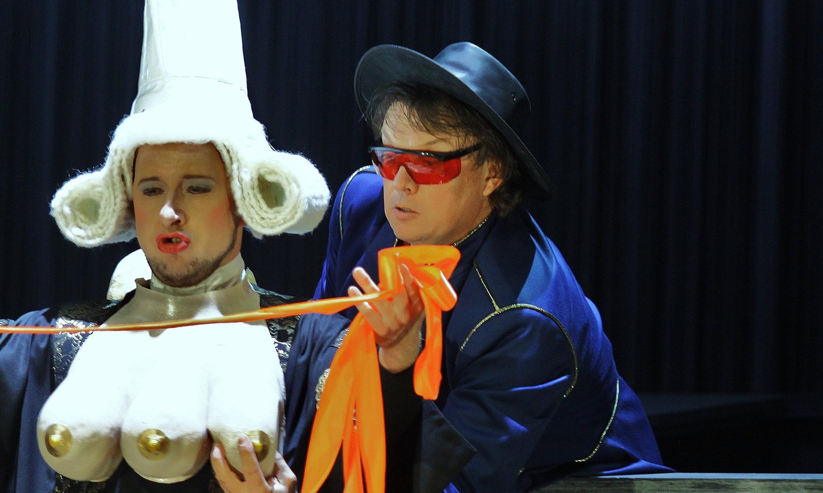 Hypochondrický Princ Aleše Brisceina se na scéně Národního divadla zamiluje do tří pomerančů