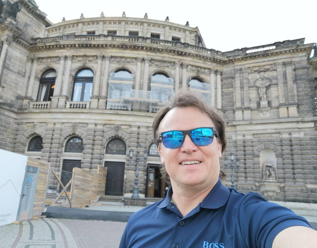 Tenorista Aleš Briscein  předvede svou parádní roli v prestižní Semperoper v Drážďanech